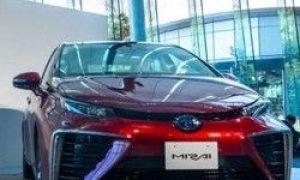 Nowy samochód Toyota Mirai, pracujący na wodorze