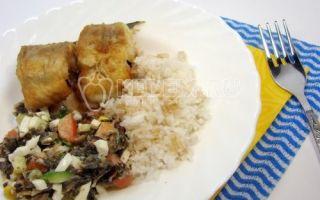 Pollack de centeio com salada de couve e arroz