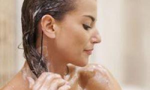 10 greșeli pe care le facem când ne spălăm părul