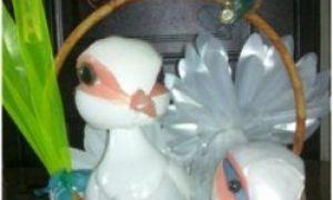 Păsări frumoase din sticle de plastic cu mâinile lor