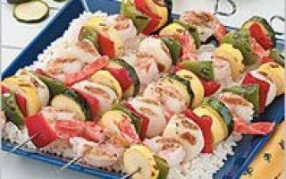 Marinovaná zelenina a mořské plody na špízy