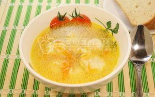 Sopa com bolinhos de massa no caldo de galinha